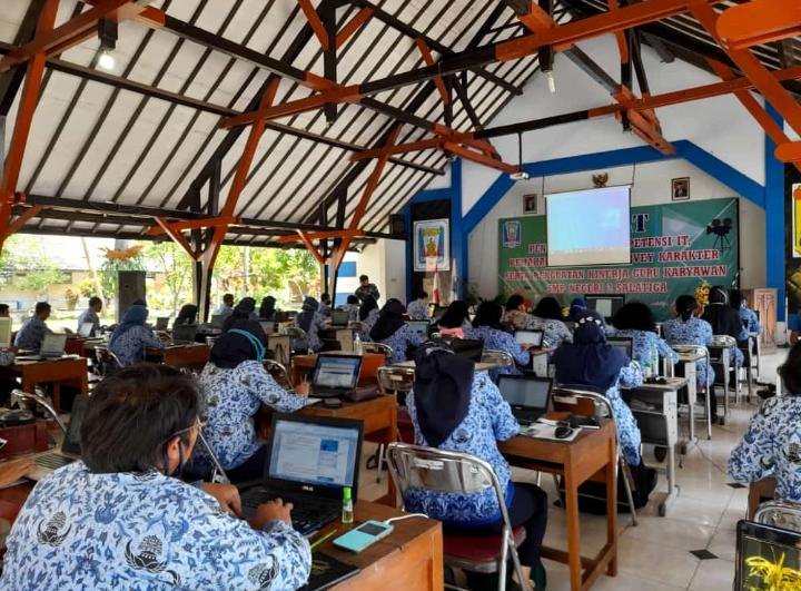 Diklat Pengembangan Kompetensi IT, Pemahaman AKM dan Survei Karakter Serta Penguatan Kinerja Guru Karyawan SMP Negeri 2 Salatiga