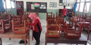Seluruh Pendidik dan Karyawan: Kerja Bakti Membersihkan Lingkungan Sekolah
