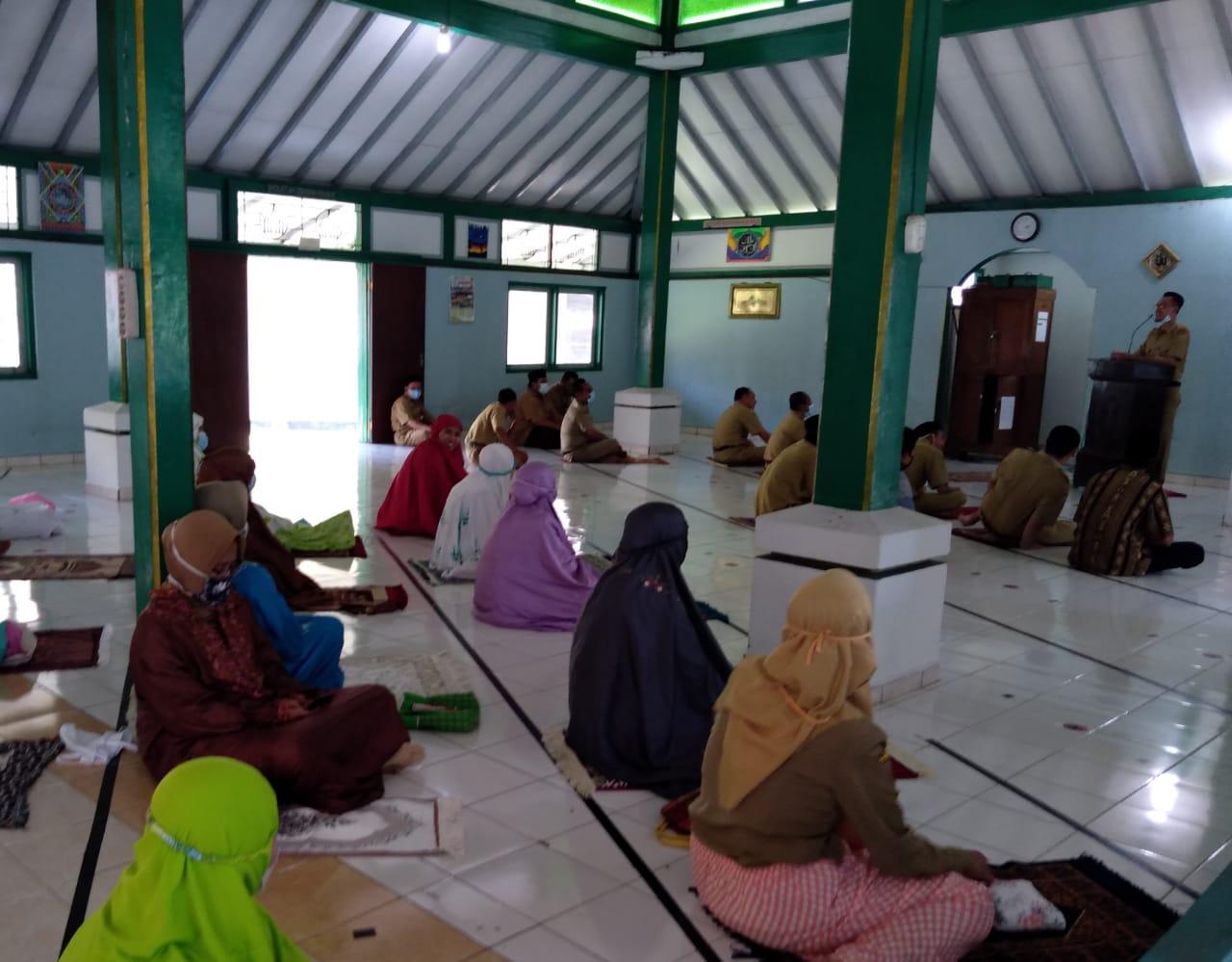 Salat Zuhur Berjamaah dan Kultum di Masjid Amarta SMP Negeri 2 Salatiga